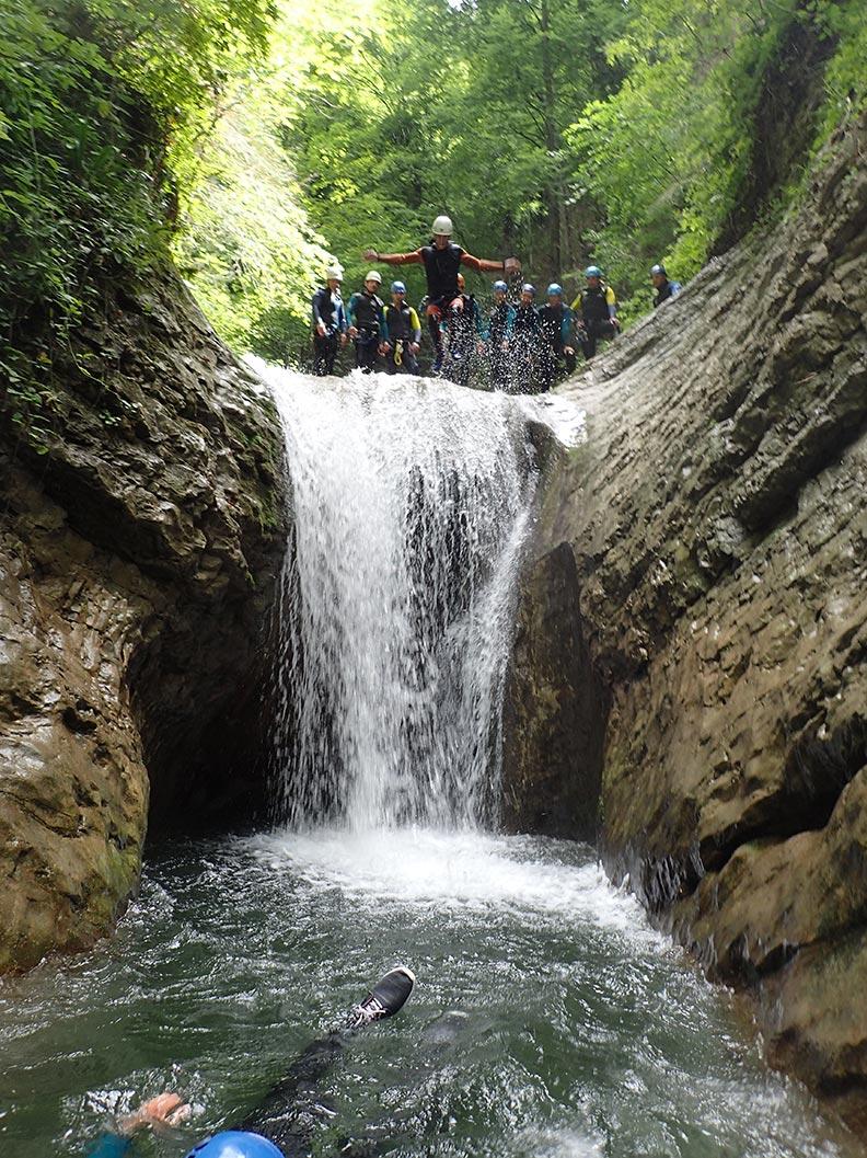 un groupe en haut du saut, canyoning proche de lyon