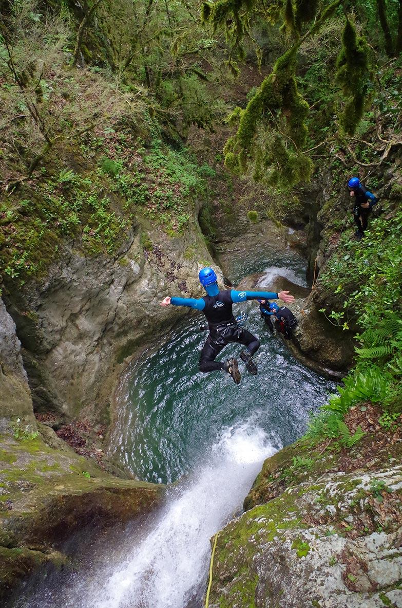 un saut en canyoning, proche de Grenoble et Lyon
