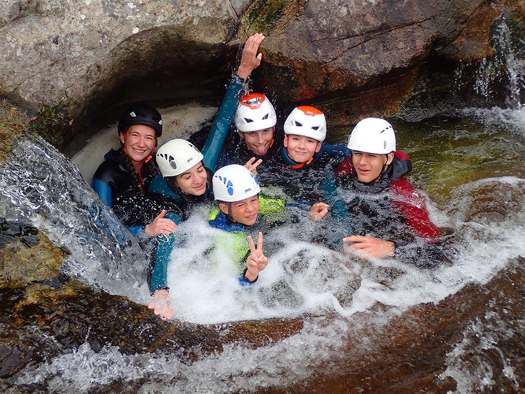 groupe famille en canyoning dans le Furon à Grenble