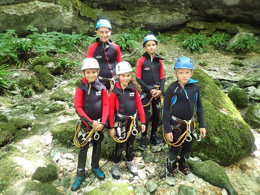 un groupe de petit en canyoning dans le Vercors près de Grenoble