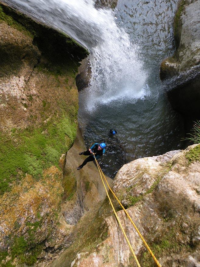 un rappel dans le canyon de l'Alloix en Chartreuse