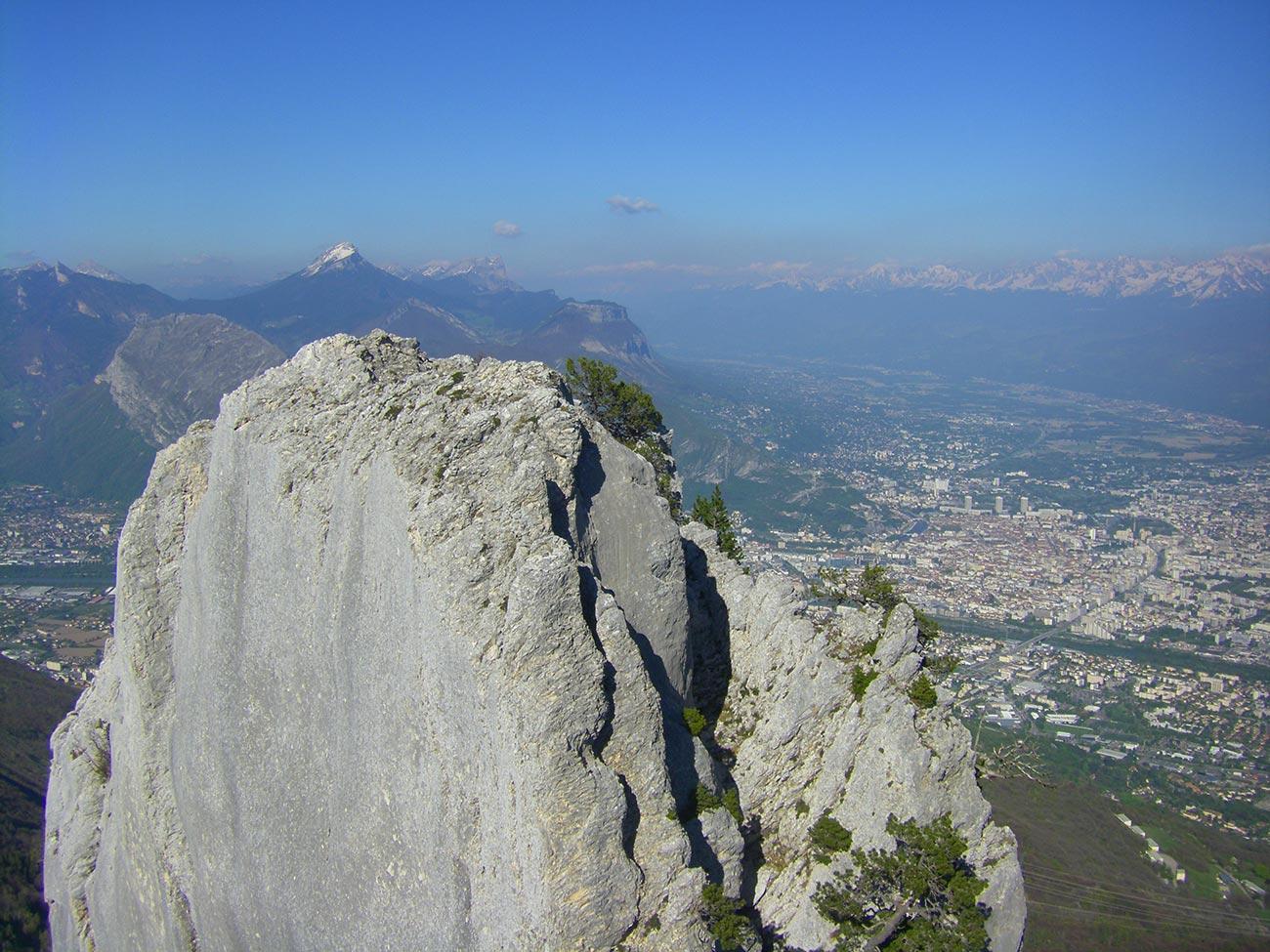 sommet de la via corda des 3 Pucelles. Une vue sur Grenoble à 360°