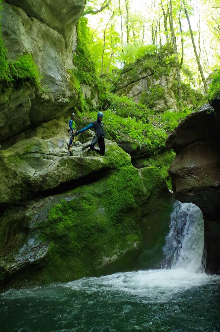 le saut de la piscine dans le canyon phare de grenoble