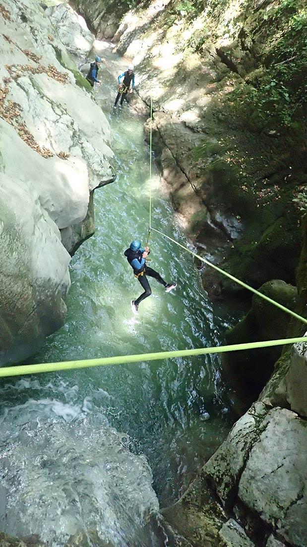 tyrolienne en canyoning, ici dans le canyon du furon à grenoble