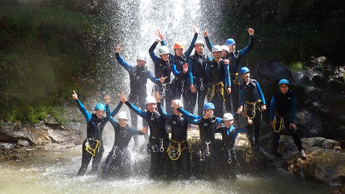 douche sous la cascade du canyon des Ecouges