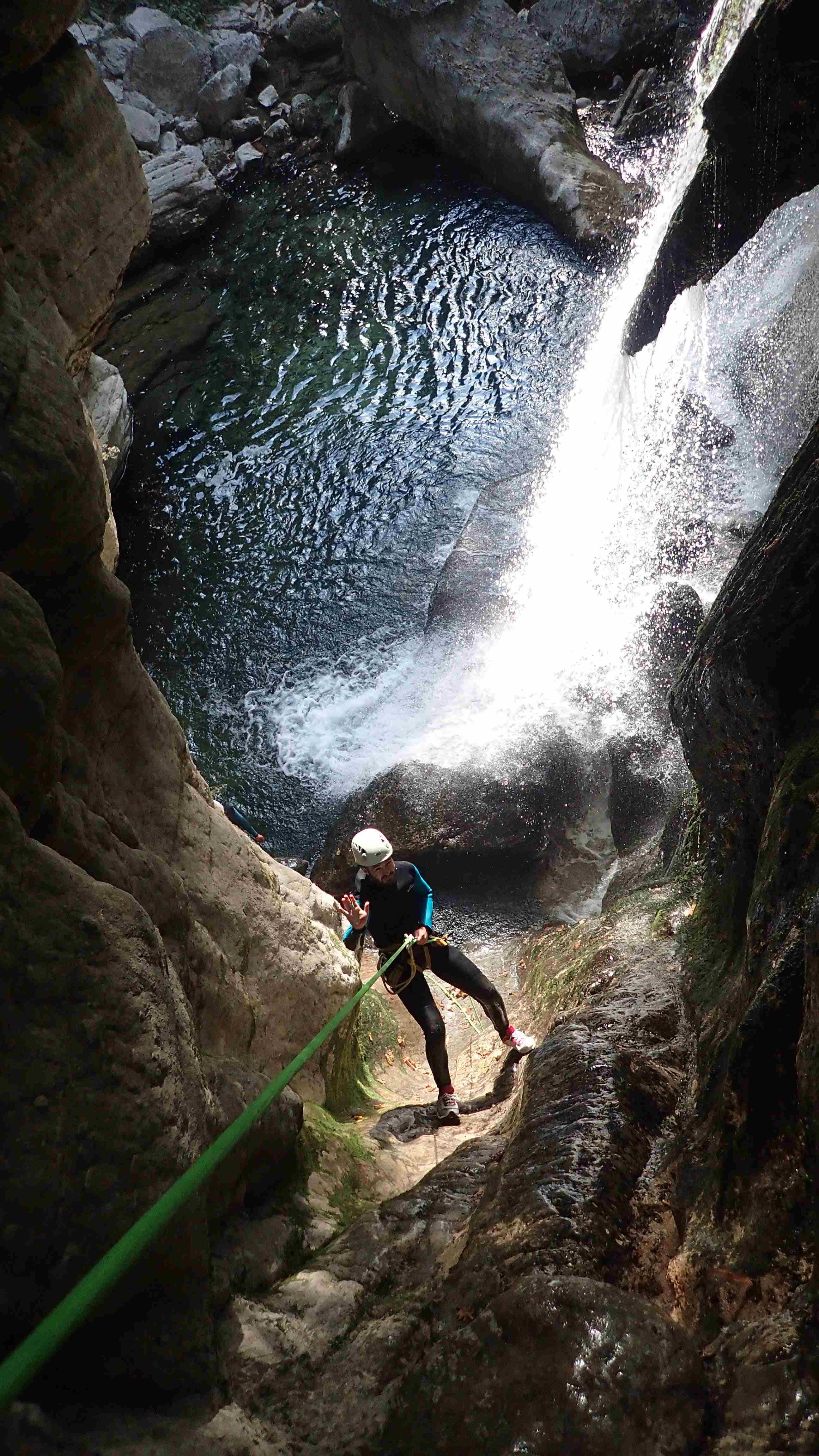 rappel sous cascade en canyon